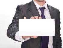Mão do homem de negócios que sustenta o cartão no branco imagens de stock