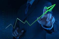 Mão do homem de negócios que tira o negócio virtual da carta no ecrã táctil Fotos de Stock Royalty Free