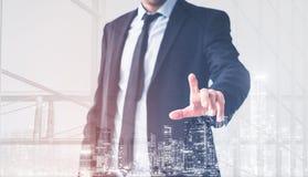 Mão do homem de negócios que toca na tela virtual, conceito moderno do fundo do homem de negócio ilustração stock