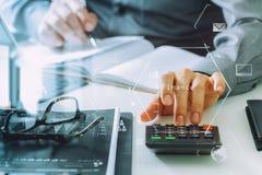 mão do homem de negócios que trabalha com finanças sobre o custo e a calculadora ilustração stock