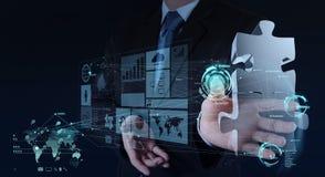 A mão do homem de negócios que trabalha com mostra da relação do computador confunde Imagens de Stock Royalty Free