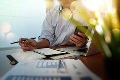 Mão do homem de negócios que trabalha com o computador moderno novo e o negócio Foto de Stock Royalty Free
