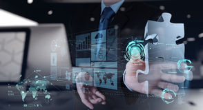 Mão do homem de negócios que trabalha com relação do computador Imagens de Stock Royalty Free
