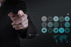 Mão do homem de negócios que trabalha com WWW. escrito na barra da busca Imagem de Stock