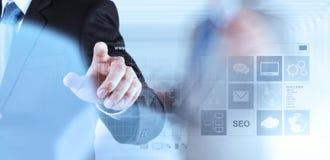Mão do homem de negócios que trabalha com WWW escrito na barra da busca Imagens de Stock Royalty Free