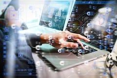 mão do homem de negócios que trabalha no laptop com camada digital b imagens de stock royalty free