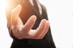 A mão do homem de negócios quer guardar a vantagem Fotos de Stock Royalty Free