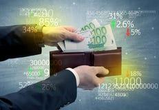 A mão do homem de negócios remove o euro da carteira Foto de Stock Royalty Free