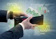 A mão do homem de negócios remove o euro da carteira Foto de Stock
