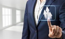 A mão do homem de negócios toca em setas brancas decididos Imagem de Stock Royalty Free