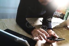 Mão do homem de negócios usando a compra em linha dos pagamentos móveis, omni Foto de Stock Royalty Free