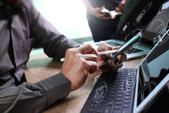 Mão do homem de negócios usando a compra em linha dos pagamentos móveis, omni Imagens de Stock