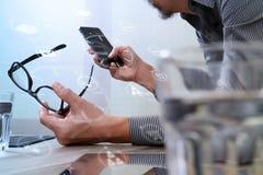 Mão do homem de negócios usando a compra em linha dos pagamentos móveis, omni chan Imagem de Stock Royalty Free
