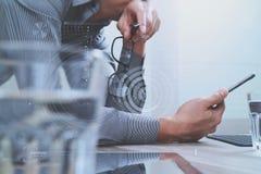 Mão do homem de negócios usando a compra em linha dos pagamentos móveis, omni chan Fotografia de Stock