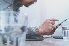 Mão do homem de negócios usando a compra em linha dos pagamentos móveis, omni chan Fotos de Stock Royalty Free
