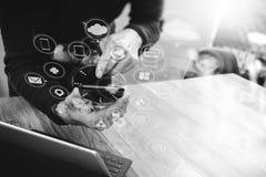 Mão do homem de negócios usando a compra em linha dos pagamentos móveis, omni chan Imagens de Stock Royalty Free