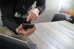 Mão do homem de negócios usando a compra em linha dos pagamentos móveis, omni chan Fotos de Stock