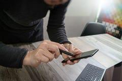 Mão do homem de negócios usando a compra em linha dos pagamentos móveis, omni chan Foto de Stock Royalty Free