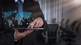 Mão do homem de negócios usando o computador e a sala de direção da tabuleta Imagens de Stock
