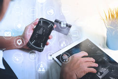 mão do homem de negócios usando o telefone esperto, shoppi em linha dos pagamentos móveis Fotos de Stock Royalty Free