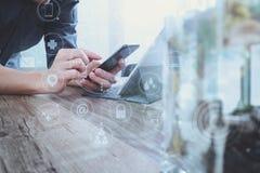 mão do homem de negócios usando o telefone esperto, shoppi em linha dos pagamentos móveis Imagens de Stock Royalty Free
