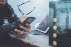 mão do homem de negócios usando o telefone esperto, shoppi em linha dos pagamentos móveis Foto de Stock