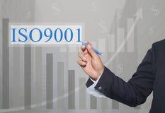 Mão do homem de negócios Write um texto de ISO 9001 Imagem de Stock Royalty Free