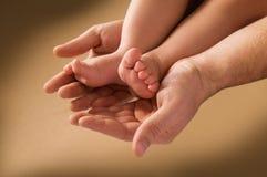 Mão do homem e pé das crianças fotografia de stock royalty free