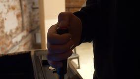 A mão do homem está jogando com um manche retro do vintage conectado ao slot machine filme