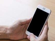 A mão do homem está usando o smartphone Imagens de Stock Royalty Free
