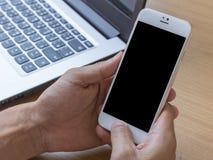 A mão do homem está usando o smartphone Imagem de Stock Royalty Free