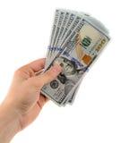 A mão do homem guarda um fã de cédulas novas dos dólares isolados no fundo branco Imagem de Stock