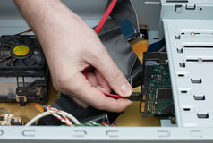 A mão do homem monta o cabo do computador Foto de Stock