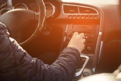 Mão do homem do motorista que guarda a transmissão automática no carro fotos de stock