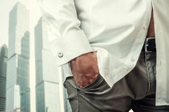A mão do homem na camisa branca com botão de punho Foto de Stock Royalty Free
