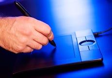 Mão do homem na tabuleta do desenho Fotografia de Stock Royalty Free