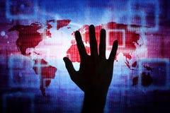 Mão do homem no fundo abstrato da rede do mapa do mundo Imagens de Stock