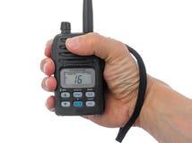 Mão do homem que agarra o rádio marinho. foto de stock