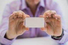 Mão do homem que dá o cartão no escritório Imagem de Stock Royalty Free