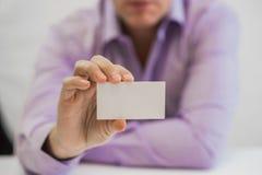 Mão do homem que dá o cartão no escritório Imagens de Stock Royalty Free