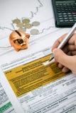 Mão do homem que enche formulários de imposto poloneses da renda PIT-37 Imagem de Stock Royalty Free