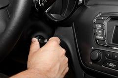Mão do homem que gira sobre seu carro Imagem de Stock