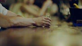 A mão do homem que guarda de vidro com álcool video estoque