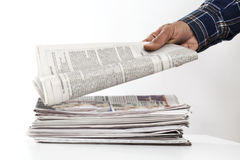 Mão do homem que guarda o jornal na tabela imagem de stock royalty free