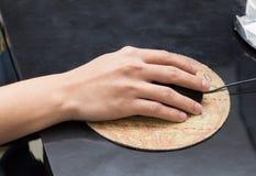 Mão do homem que guarda o rato na tabela Fotos de Stock Royalty Free