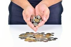 Mão do homem que guarda a pilha das moedas Fotografia de Stock