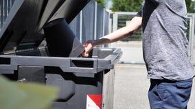 Mão do homem que joga afastado o lixo vídeos de arquivo