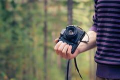 Mão do homem que mantém a câmera retro da foto exterior Imagem de Stock