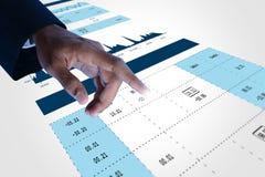 Mão do homem que mostra a análise do gráfico do mercado de valores de ação Foto de Stock
