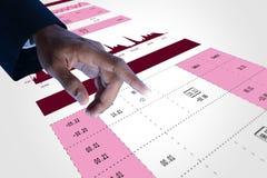 Mão do homem que mostra a análise do gráfico do mercado de valores de ação Fotos de Stock